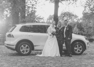 Brautpaar-mit-Wedding-Planner-Hochzeit-in-Kraenholm