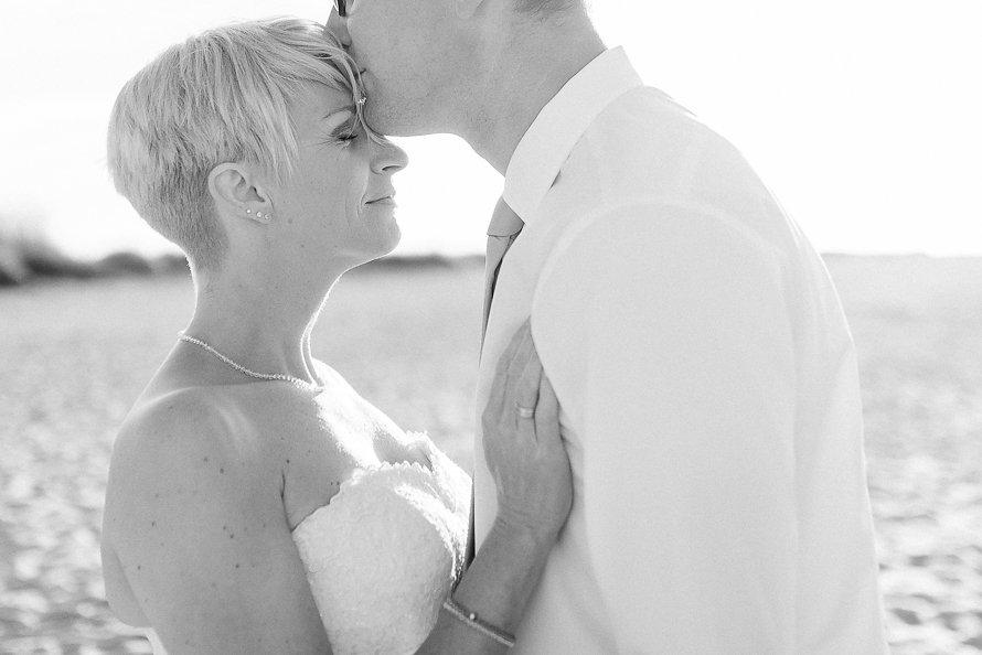 Brautpaar-Hochzeitsfotos-Nordsee-Heiraten-in-Oldenburg
