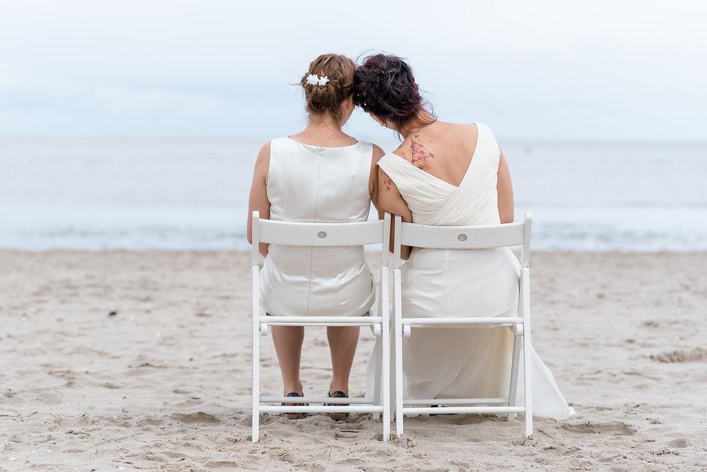 gleichgeschlechtliche-Hochzeit-am-Strand-Heiraten-aus-Liebe