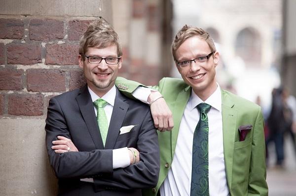 Gaywedding-Hochzeitsanzug-Gluecksverbreiter