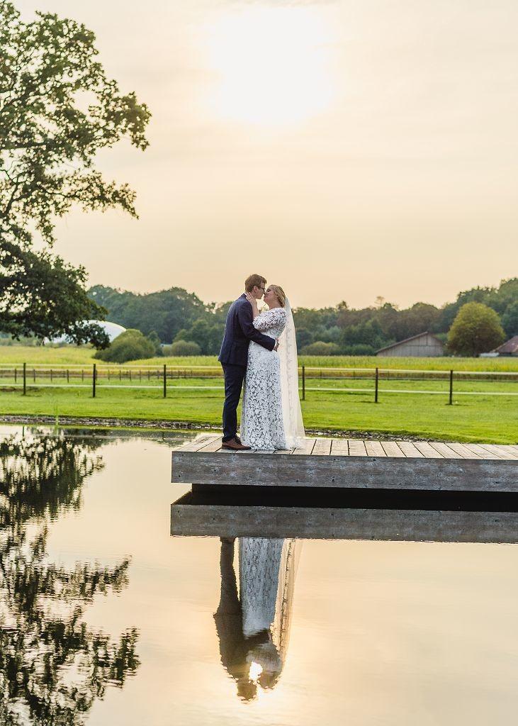 Brautpaar-Kuss-Sonnenuntergang