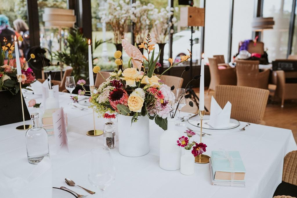 Familienfeier-Tischdekoration-Blumen-bunt-froehlich