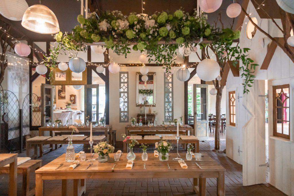 Tischdeko-Hochzeit-Natur-Gruen-Weiss