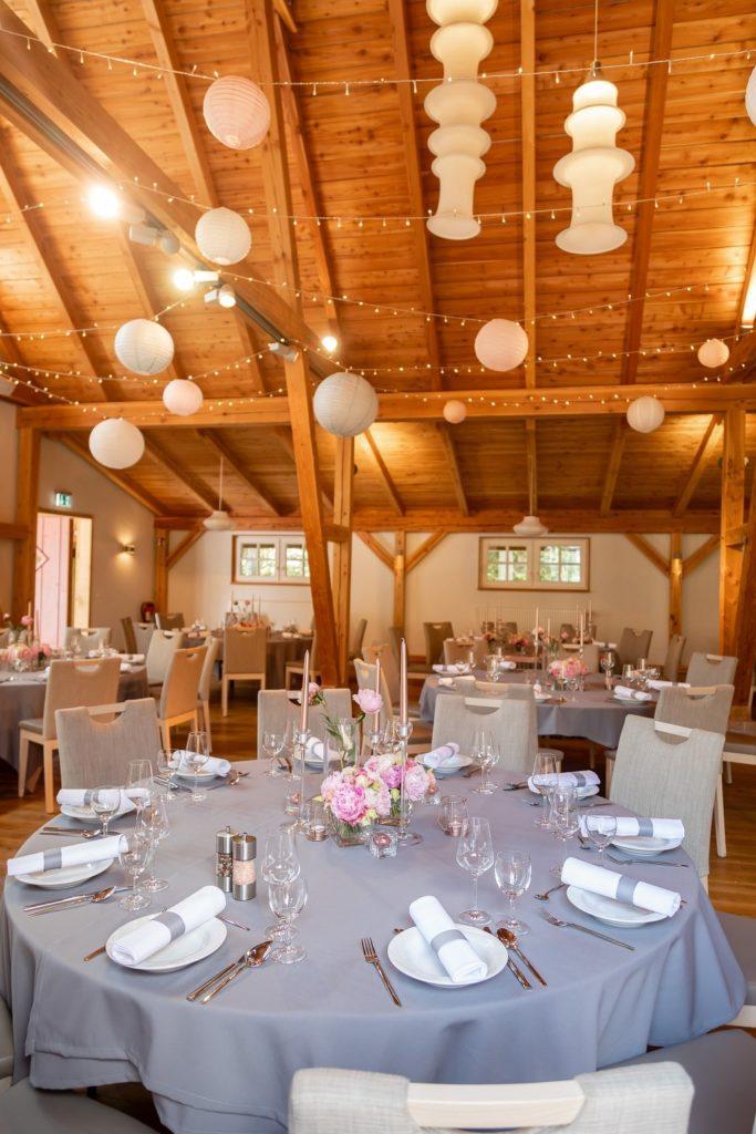 Hochzeitsfeier-rosa-grau-Scheune-Oldenburg-Gluecksverbreiter