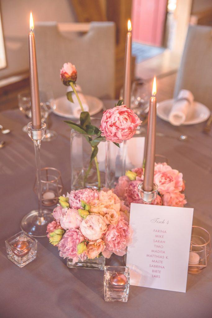 Tischdeko-Hochzeit-grau-rosa-rosegolde-Kerzen-Gluecksverbreiter